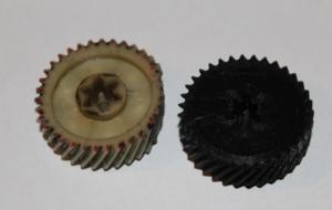 Пример шестеренки. Слева отработанная без зубьев, справа напечатанная на 3d принтере.