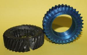 Шестеренка напечатана из PET пластика справа. Слева - старая сломанная.